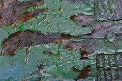 De oude groene verf wordt gepeld van een houten bijenkorf Stock Foto