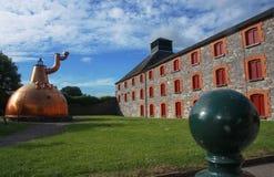 De oude grote distilleerderij van de koperwhisky openlucht stock afbeelding