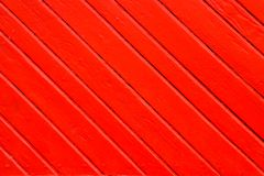 De oude grungy en doorstane rode sinaasappel schilderde houten muurplank in diagonaal aan het kader als eenvoudige verzadigde tex royalty-vrije stock afbeeldingen