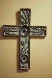 De oude hand sneed houten kruis met bloemenontwerp Stock Afbeelding
