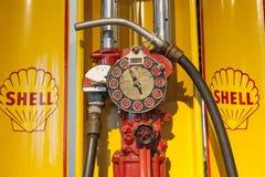 De oude handbenzinepomp van Shell Oil Company Stock Foto's