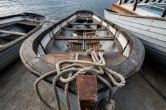 De oude het roeien boot op de meertros Stock Foto