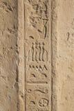 De oude hiërogliefen van Egypte die op de steen worden gesneden stock foto