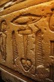 De oude hiërogliefen van Egypte die op de steen worden gesneden Stock Afbeelding