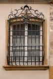 De oude historische die bouw met een rooster van staal voor het venster wordt gemaakt royalty-vrije stock afbeelding