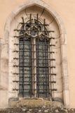 De oude historische die bouw met een rooster van staal voor het venster wordt gemaakt stock afbeeldingen