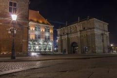 De oude historische Poort in Gdansk bij nacht, Polen, is één van de opmerkelijkste toeristische attracties van de stad royalty-vrije stock fotografie
