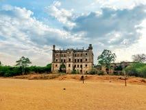 De oude historische universiteitsbouw verliet geen onderhoud maar nog mooi stock fotografie