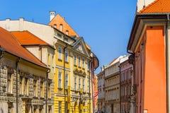 De oude, historische woningenvlakten in Krakau, Polen Stock Afbeeldingen