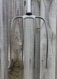 De Oude hooivork op houten achtergrond Stock Afbeelding