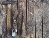 De oude houtbewerkingshulpmiddelen liggen op een houten oppervlakte Royalty-vrije Stock Fotografie