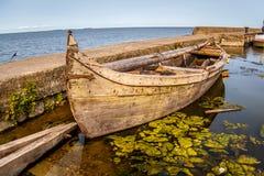 De oude houten boot bevindt zich dichtbij de pijler royalty-vrije stock afbeeldingen