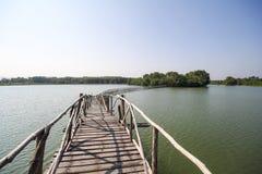 De oude houten brug in meer van Chumphon Thailand Stock Afbeelding