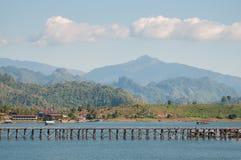 De oude houten de instortingsbrug van de brugbrug over de rivier en Houten brug (Mon-brug) bij sangklaburi, kanchanaburi, Provinc Royalty-vrije Stock Afbeelding