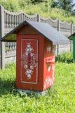 De oude houten die bijenkorven met een hand worden verfraaid schilderden kleurrijke bloemen, Zalipie, Polen stock afbeeldingen