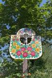 De oude houten die kapel met een hand wordt verfraaid schilderde kleurrijke bloemen, Zalipie, Polen stock foto's