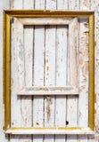 De oude houten kaders met het vergulden hangen op een oude houten muur met schilverf royalty-vrije stock foto