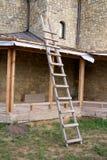 De oude houten ladder royalty-vrije stock foto's