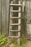 De oude houten ladder propped tegen de landelijke schuur royalty-vrije stock foto