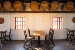 De oude houten lijst en de stoelen bepalen van in restaurant met houten wijnvatbinnenland de plaats in restaurant royalty-vrije stock afbeelding