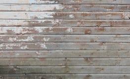 De oude houten muur met witte verf wordt streng doorstaan en peeli Stock Afbeelding