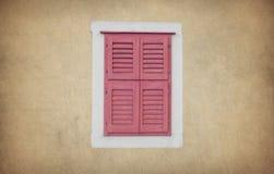 De oude houten muur van het vensterhuis Stock Foto