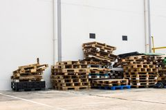 De oude houten pallets, Stapels oude pallets Stock Afbeeldingen