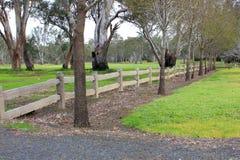 De oude houten post en het spoor perken park in Stock Foto