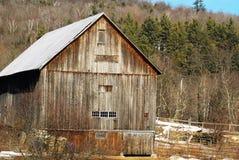 De oude Houten schuur van New England op een zonnige medio de winterdag Stock Foto
