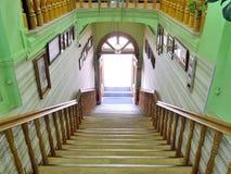De oude houten trap in een twee-verhaal opslag leidt tot de straat royalty-vrije stock foto's