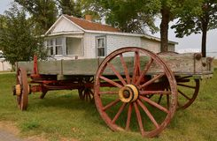 De oude houten wagen met spoked wielen royalty-vrije stock fotografie