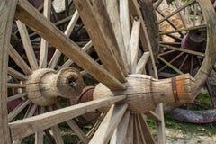 De oude houten wagenwielen Stock Fotografie
