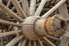 De oude houten wagenwielen Royalty-vrije Stock Foto