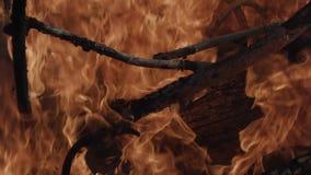 De oude huisvuilstortplaats brandt stock videobeelden