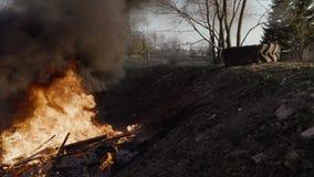 De oude huisvuilstortplaats brandt stock footage