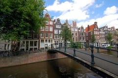 De oude huizen van Amsterdam langs kanaal Royalty-vrije Stock Afbeeldingen