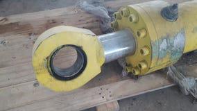De oude hydraulische cilinder neemt machine stock afbeeldingen