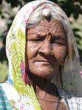 De oude Indische vrouw stelt voor haar portret Stock Foto's