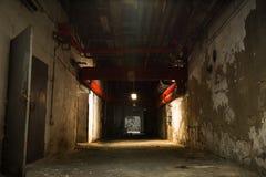 De oude industriële bouw, kelderverdieping met weinig licht royalty-vrije stock afbeeldingen