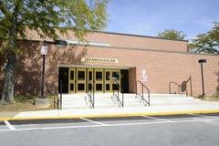 De oude ingang van het middelbare schoolgymnasium royalty-vrije stock afbeelding