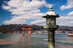 De oude Japanse lantaarn en torii Royalty-vrije Stock Foto's