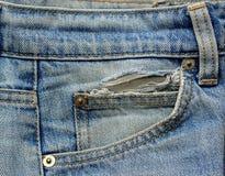 De oude Jeans in eigen zak steekt dicht omhoog Stock Afbeeldingen