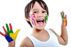 De oude jongen van vijf jaar met geschilderde handen Royalty-vrije Stock Foto