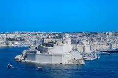 De oude kalksteenmuren en de torens van Fort St Angelo van Hogere Barrakka tuinieren, Valletta, Malta stock afbeelding