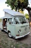 De oude Kampeerauto van Volkswagen Westfalen stock foto's