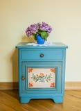 De oude kast met bloem Royalty-vrije Stock Afbeeldingen