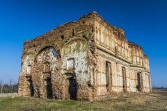 De oude kerk ruïneert vernietigd beeing Stock Foto