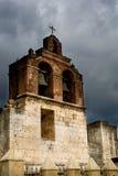 De oude kerk van de steen onder sombere hemel met wolken Stock Foto