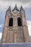 De oude kerktoren in Delft. Stock Afbeeldingen