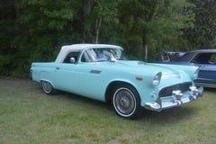 De oude klassieke auto in openlucht toont royalty-vrije stock foto's